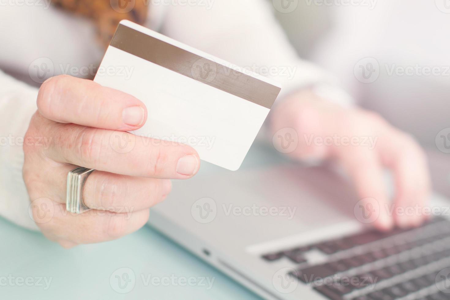 pagando compras online foto