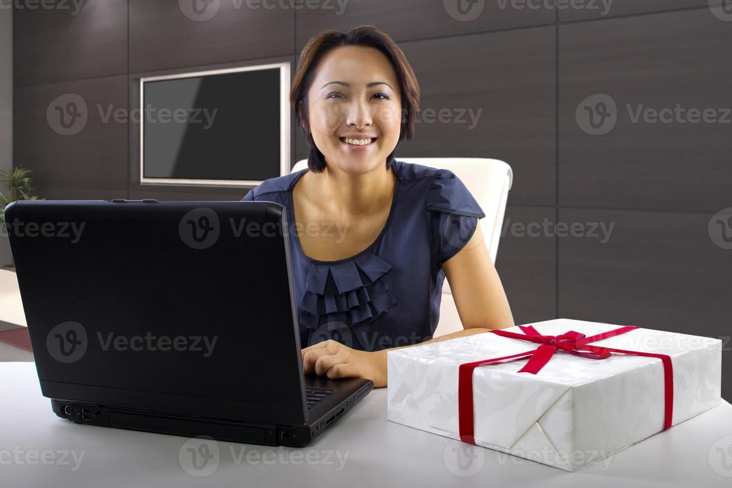 compras on-line jovem mulher asiática em um computador foto