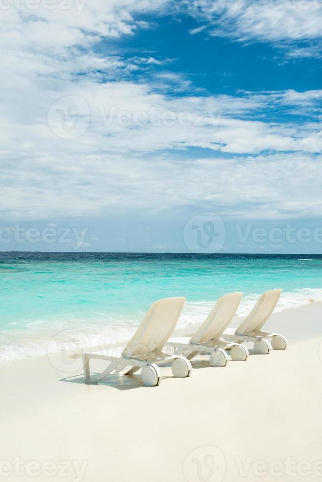 cadeiras de praia na praia, maldivas foto