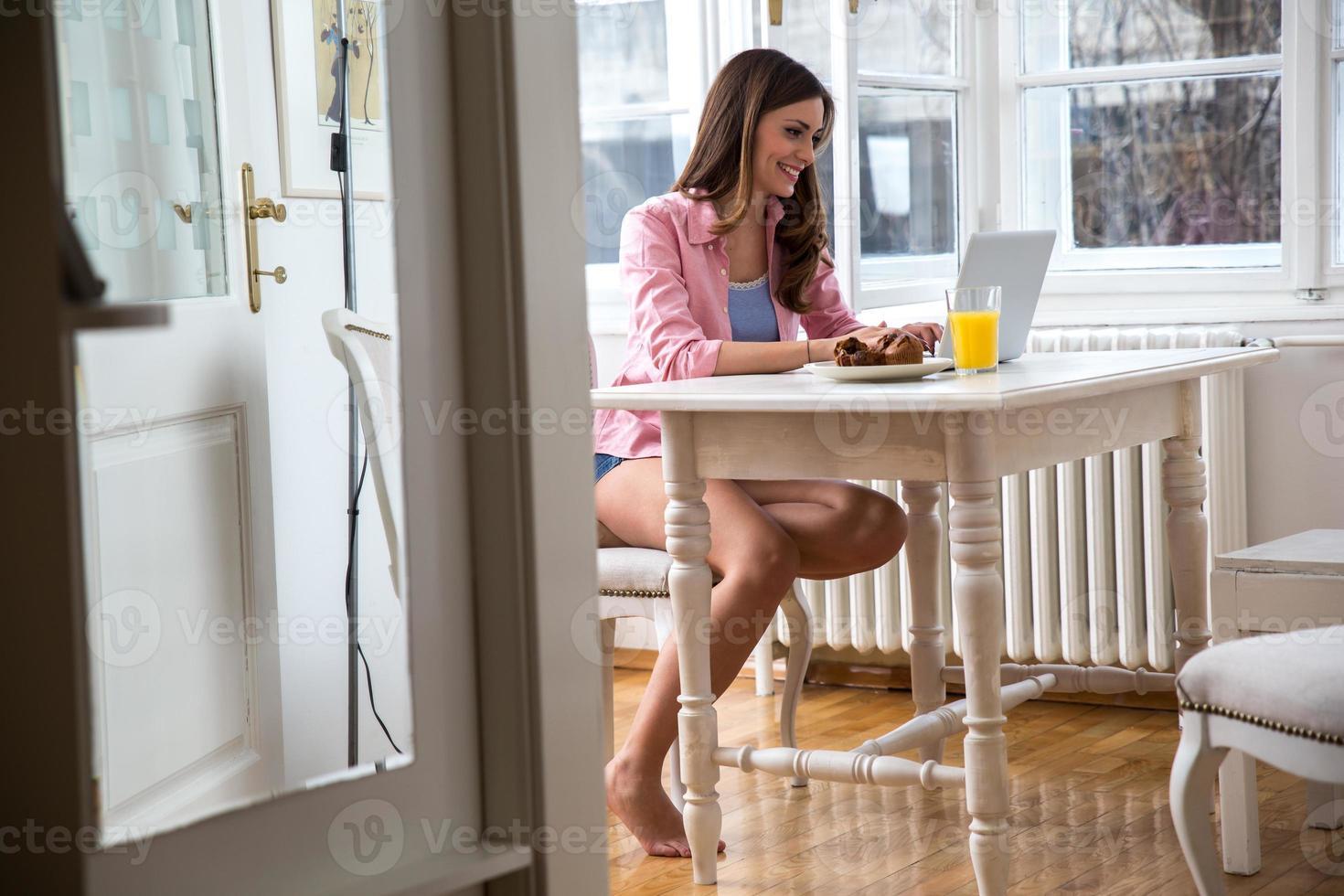 mulher de meia idade, trabalhando em seu blog foto