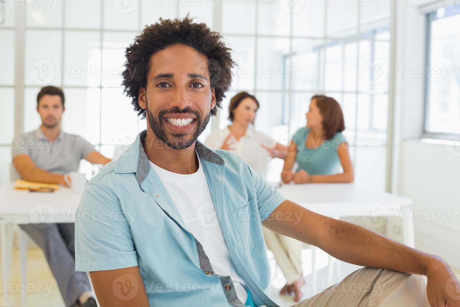 retrato de um empresário sorridente com colegas em reunião foto