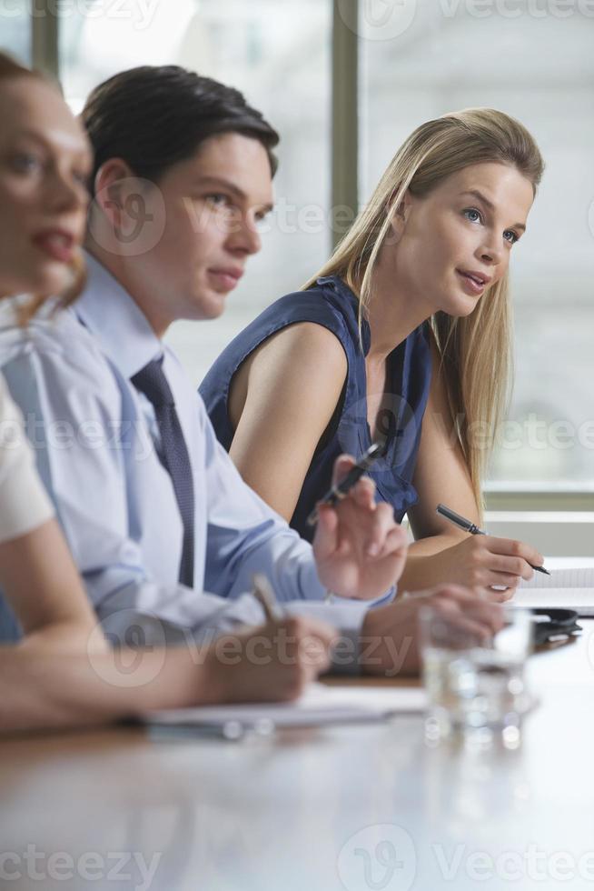 colegas na reunião de negócios foto