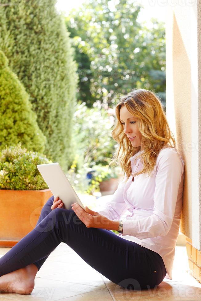 mulher de negócios maduros com laptop foto