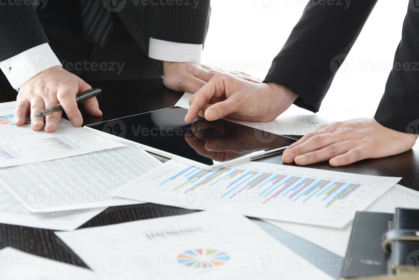 reunião de negócios com tablet digital e papéis foto