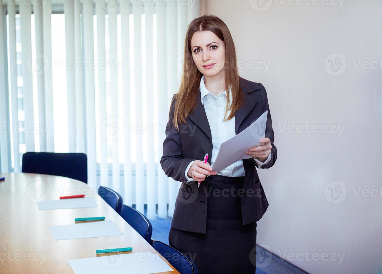 treinador de negócios em uma sala de reuniões foto