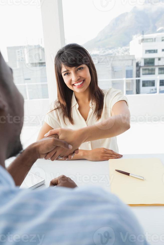 aperto de mão para selar acordo após reunião de negócios foto
