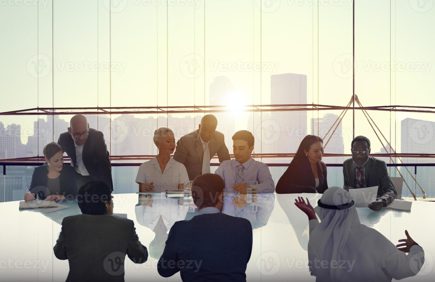 pessoas de negócios, conhecer o conceito de equipe paisagem urbana foto