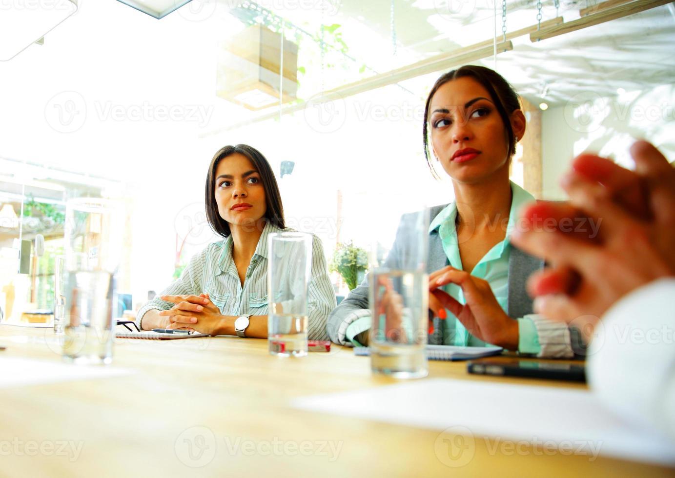 empresários sentados à mesa foto