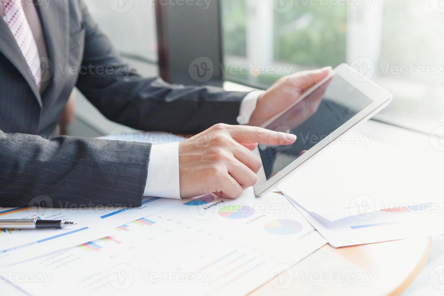 jovens empresários usando o touchpad foto
