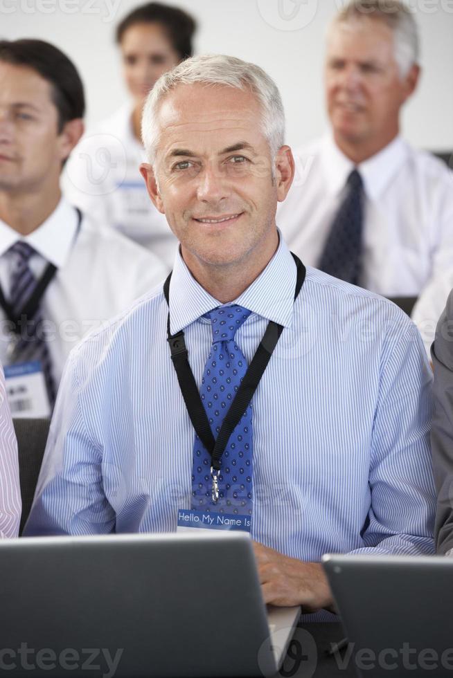 delegado masculino ouvindo apresentação foto