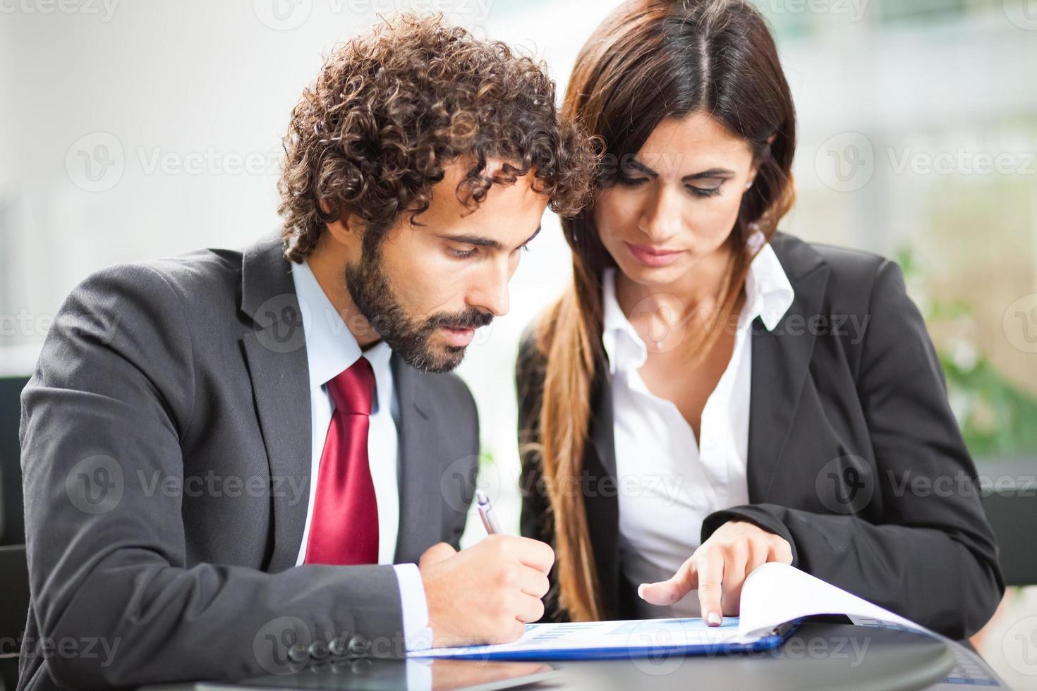 casal de empresários trabalhando foto