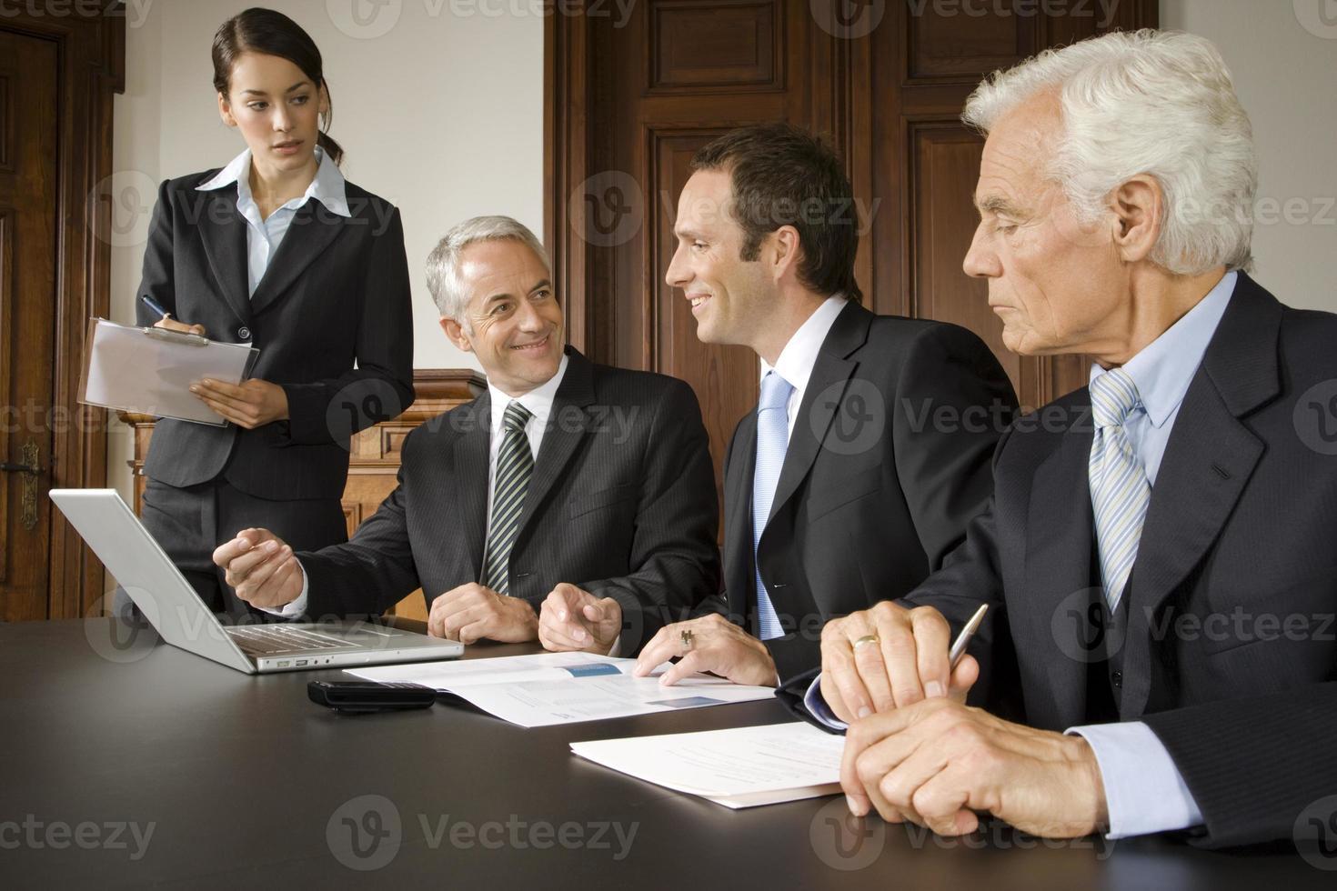 empresários em reunião foto