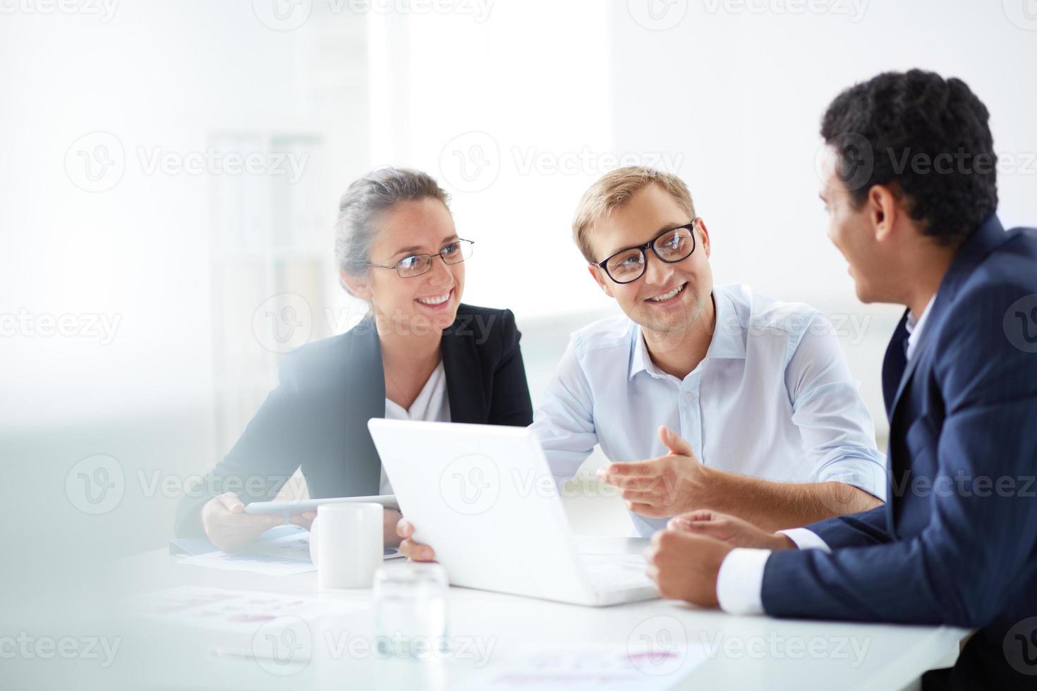 reunião de pequenas empresas com um laptop foto