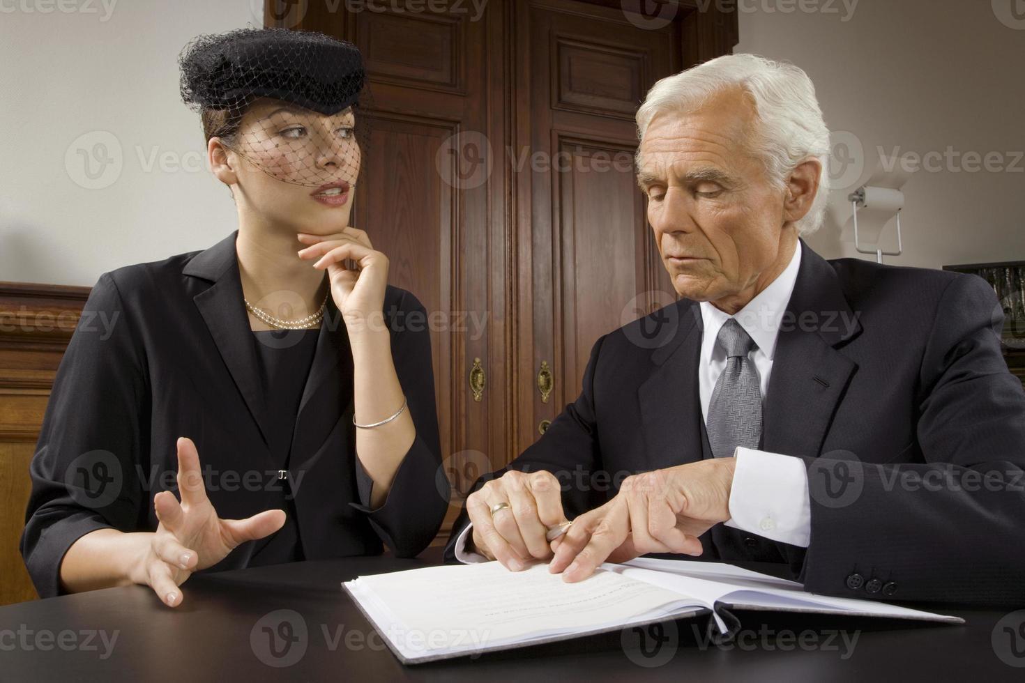 viúva sentada com advogado foto