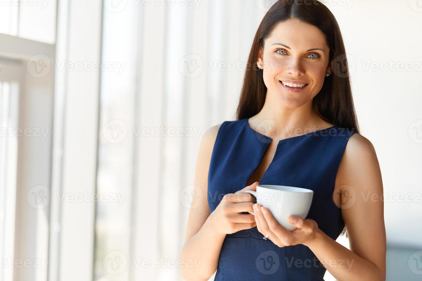 mulher de negócios tem café no escritório. pessoas de negócio foto