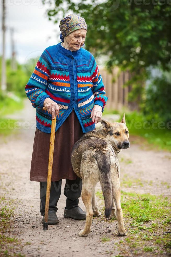 mulher idosa com um cachorro foto