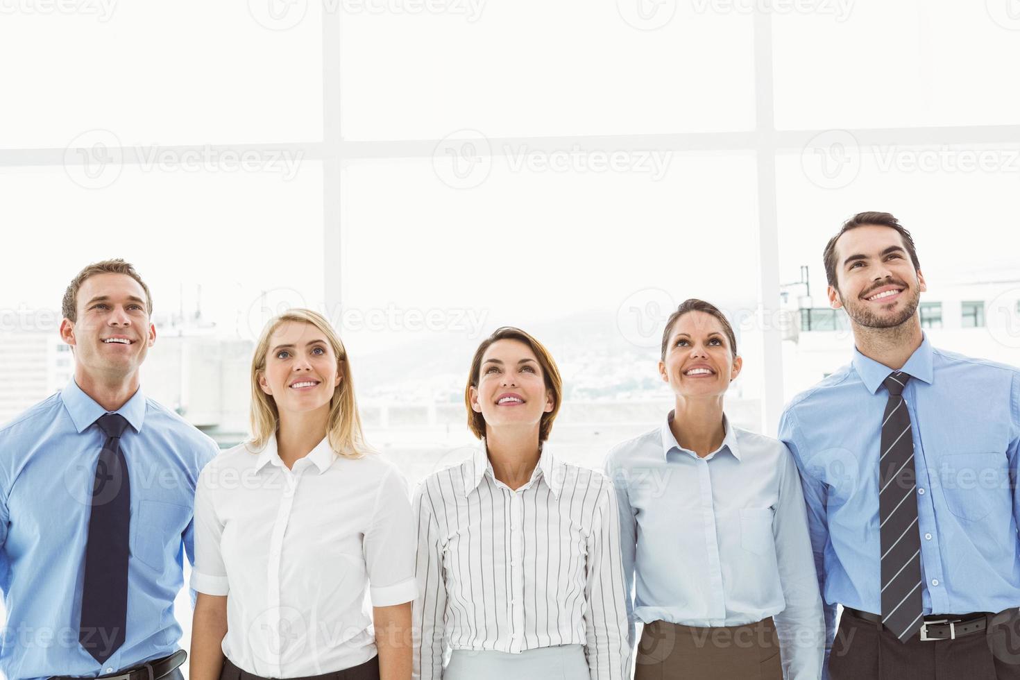 pessoas de negócios olhando no escritório foto