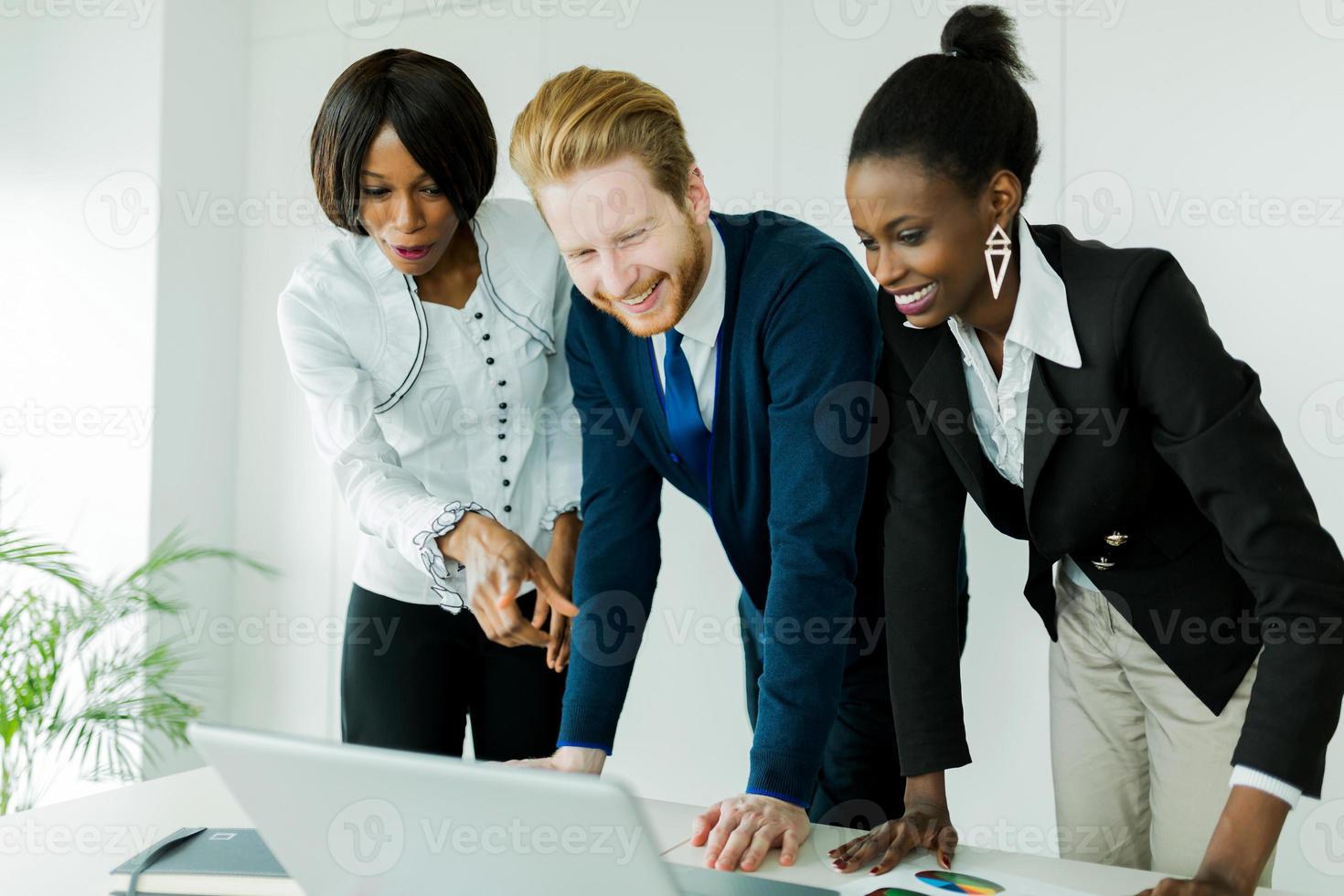 brainstorming de negócios por pessoas multiétnicas felizes e bem vestidas foto