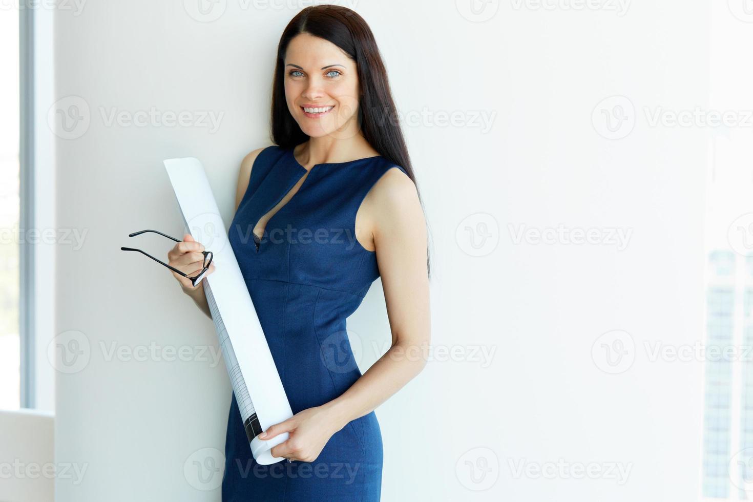 jovem arquiteto feminino standind em um escritório. pessoas de negócio foto