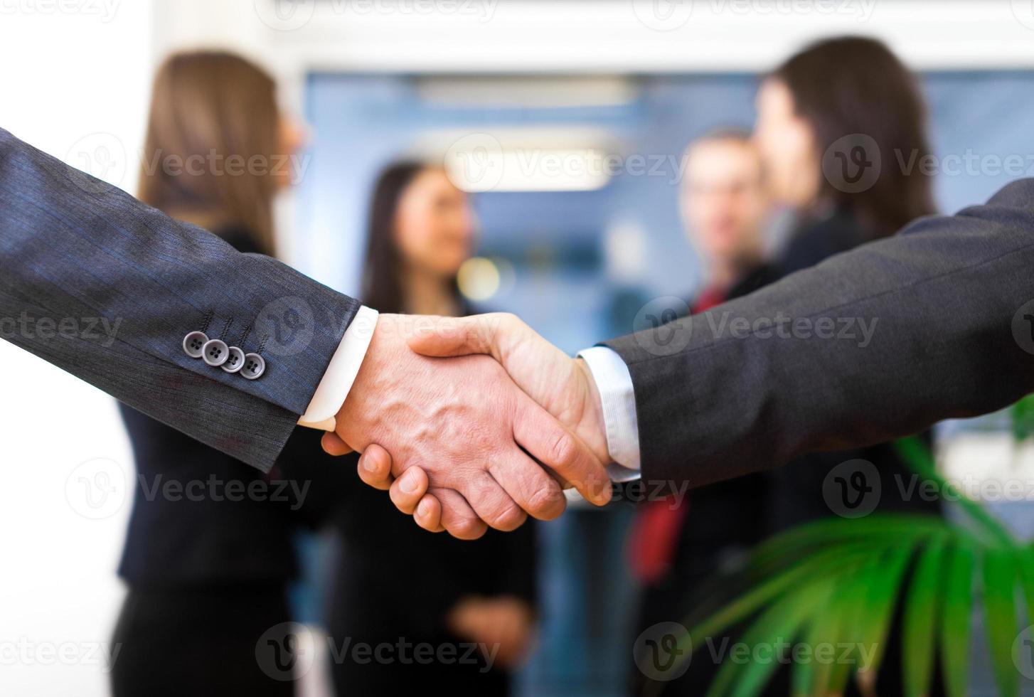 aperto de mão empresários foto