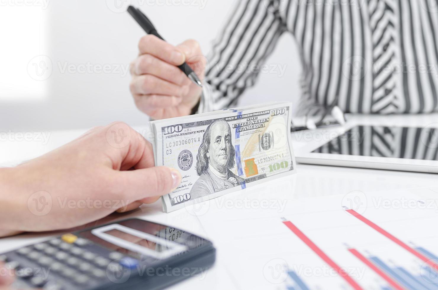 pessoas de negócios, troca de notas de dólar foto