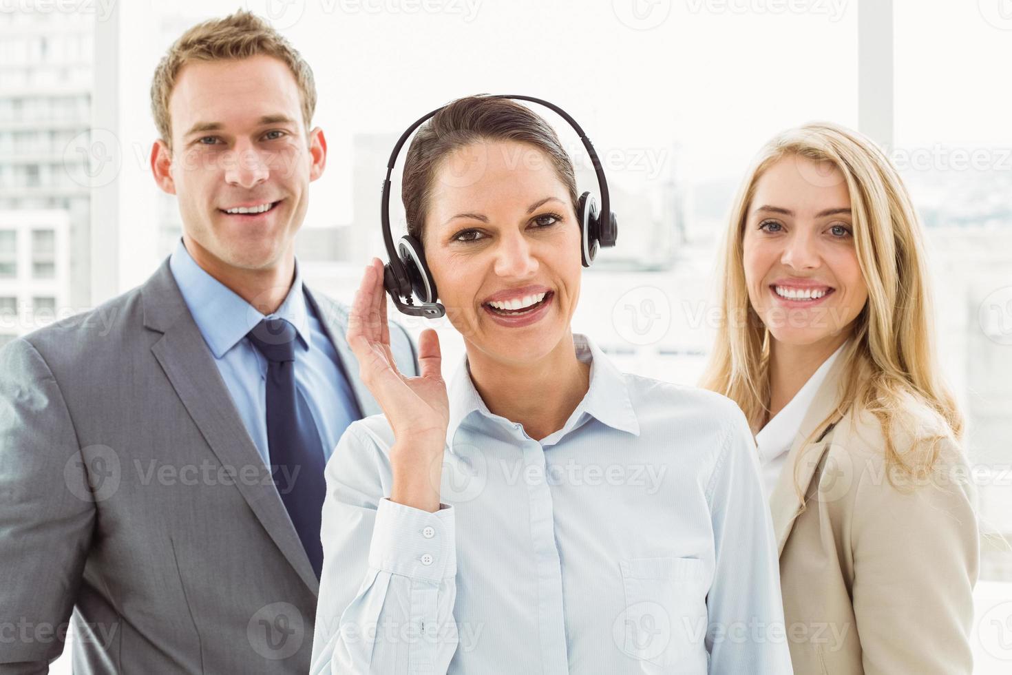 felizes jovens empresários no escritório foto