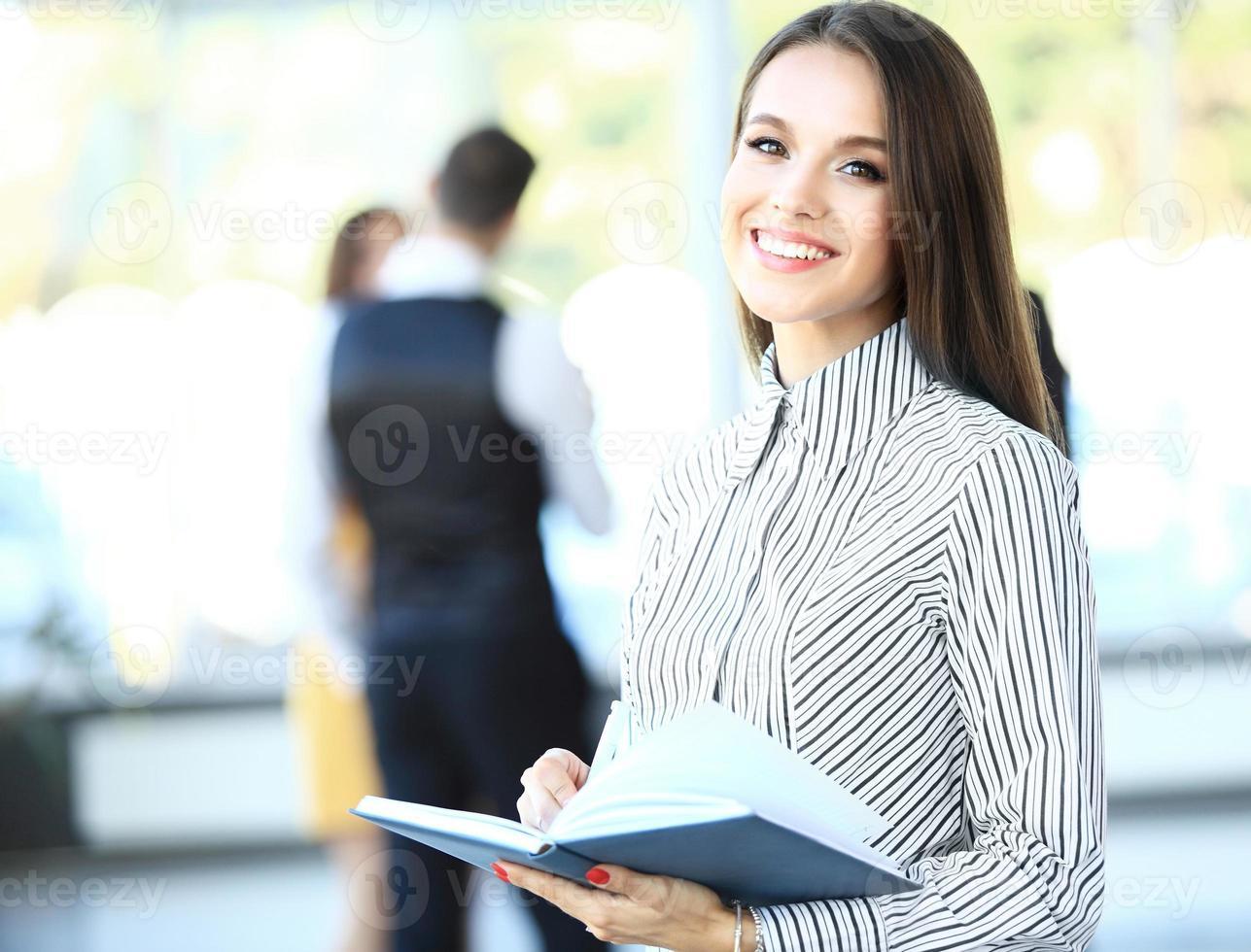 rosto de mulher bonita no fundo de pessoas de negócios foto