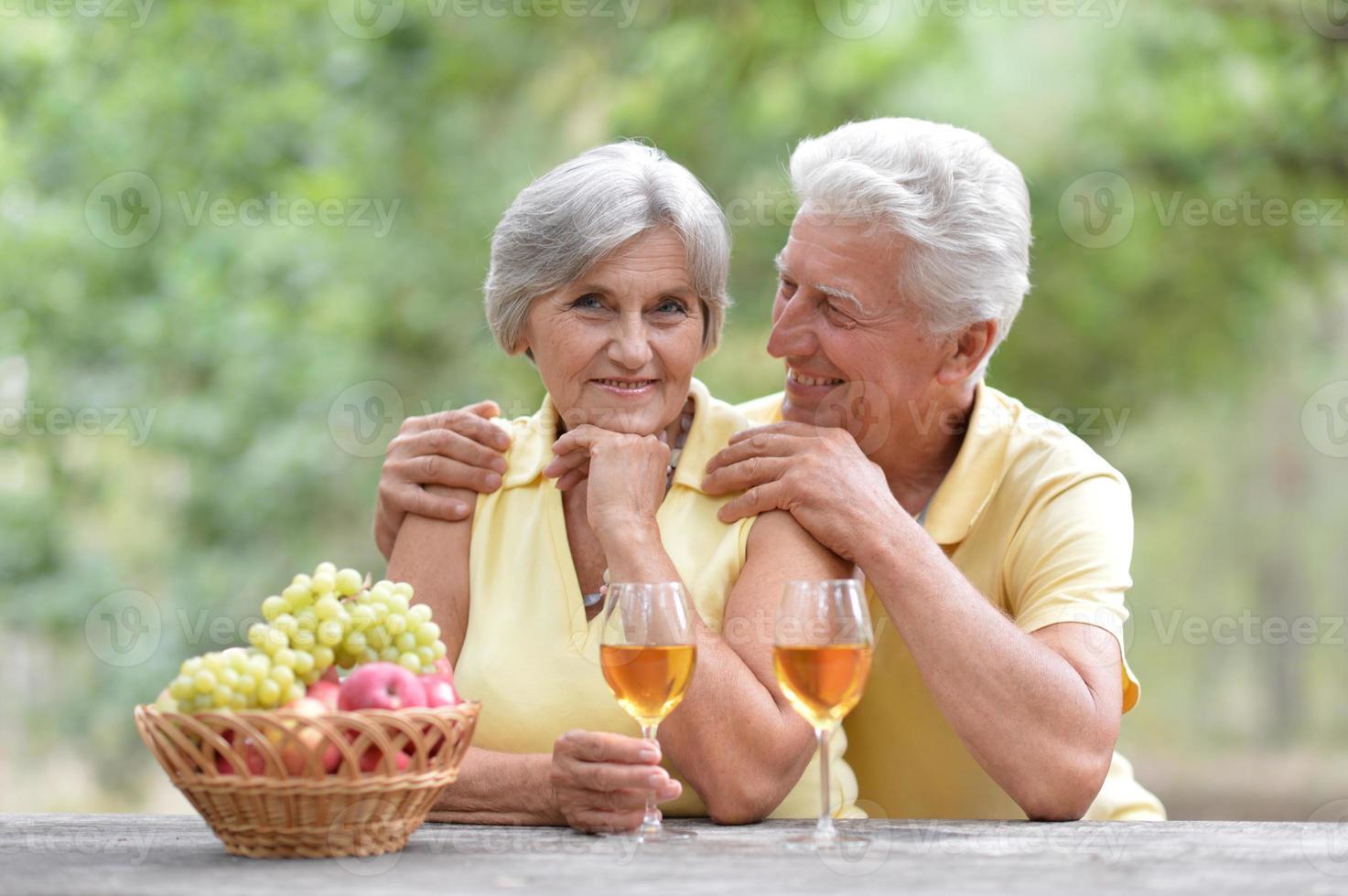 casal de idosos na natureza foto