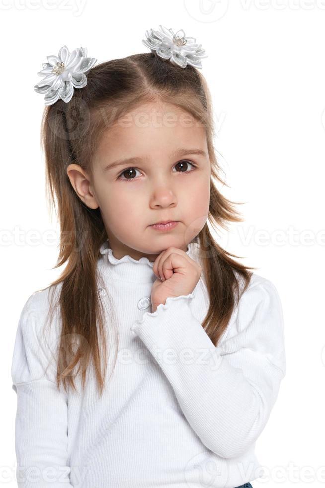 menina inteligente pré-escolar pensativa foto