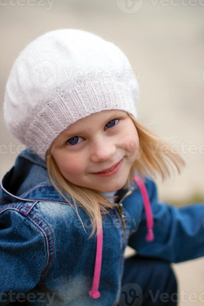 garota com os olhos bem abertos, olhando diretamente para a câmera foto