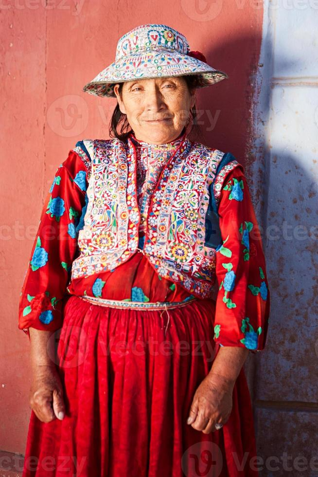 mulher peruana em roupas nacionais, chivay, peru foto