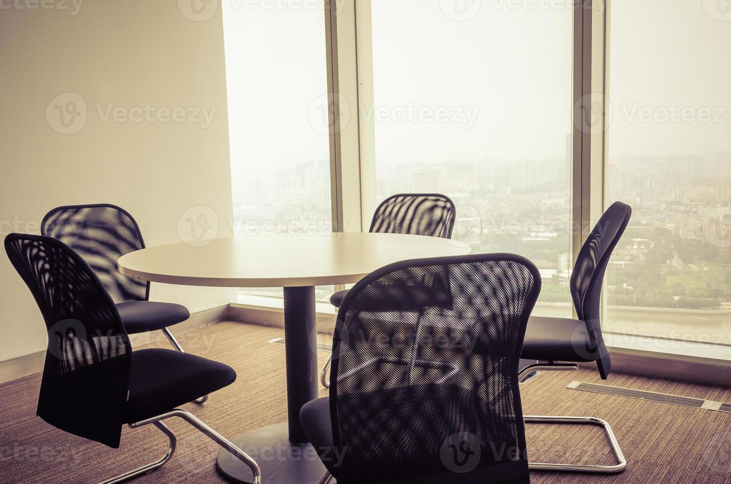sala de escritório vazia e mesa de escritório foto