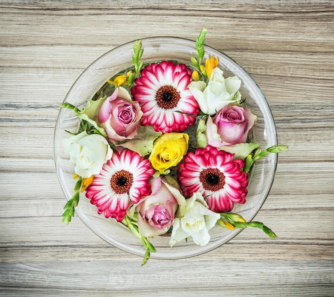 arranjo com flores rosas e gerberas foto