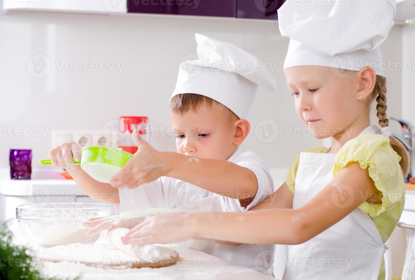 trabalho em equipe na cozinha foto