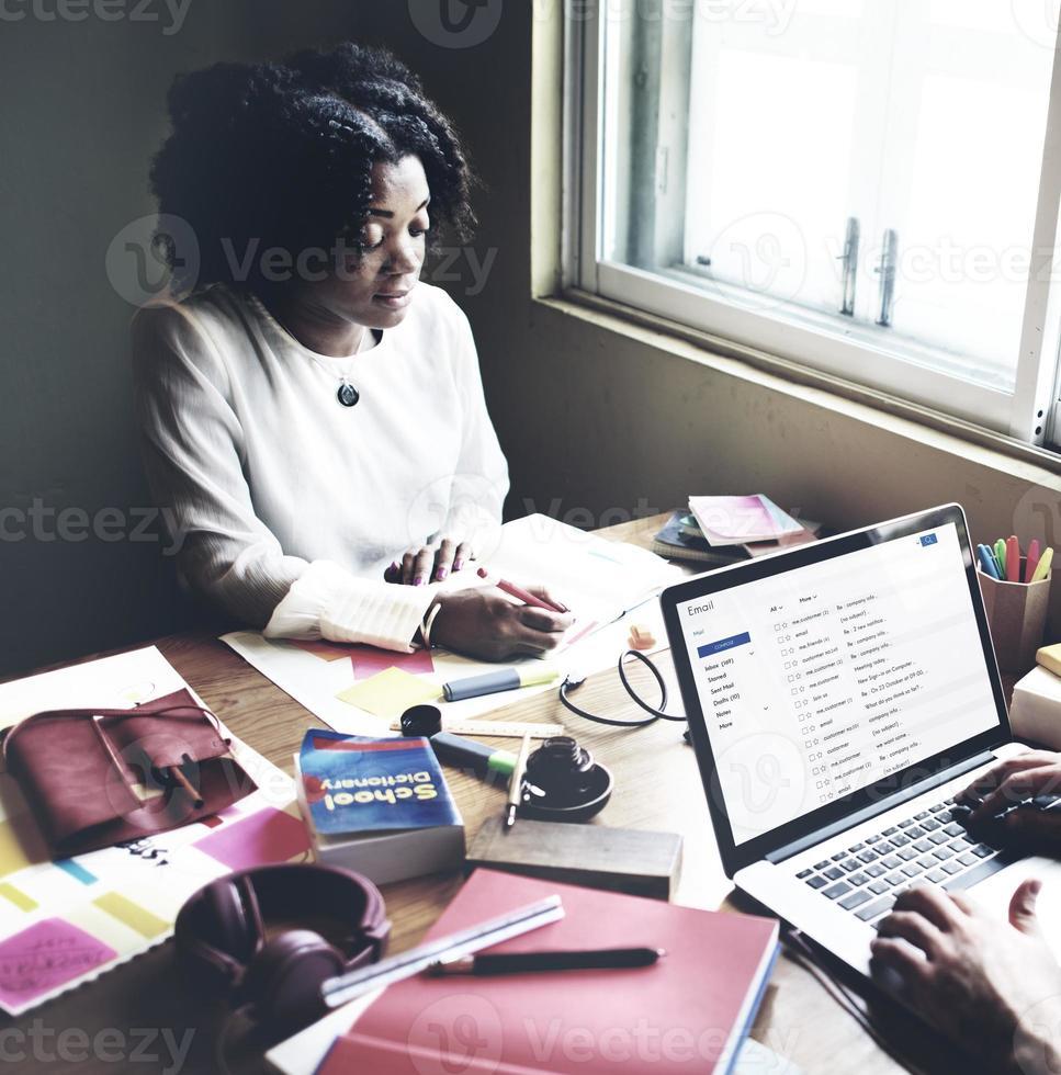 conceito de trabalho do trabalho em equipe de parceiro de equipe de estudantes foto
