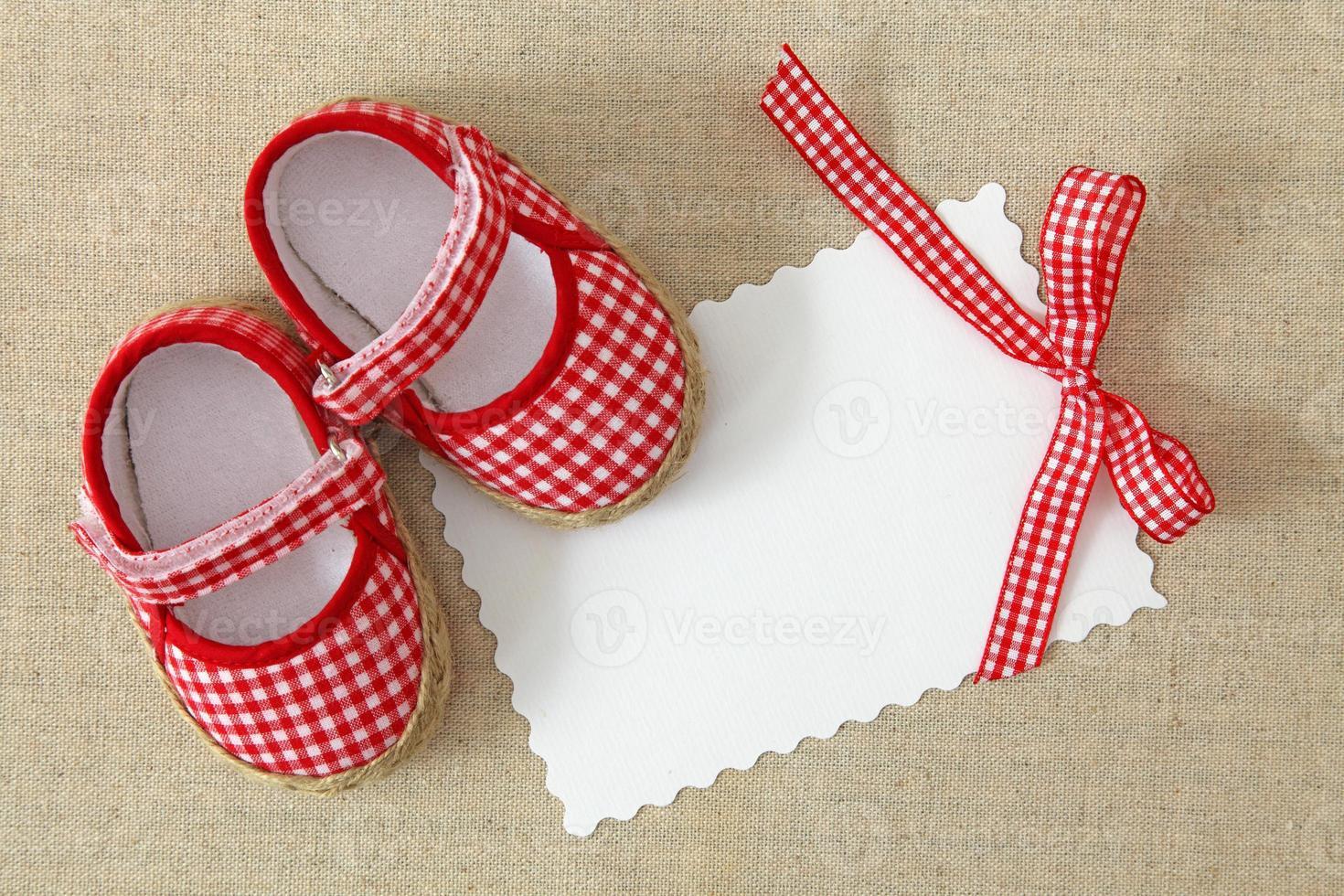 sapatos vermelhos e nota em branco foto
