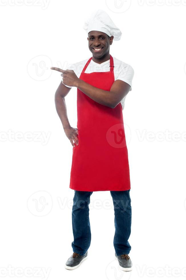 chef masculino bonito, mostrando o menu foto