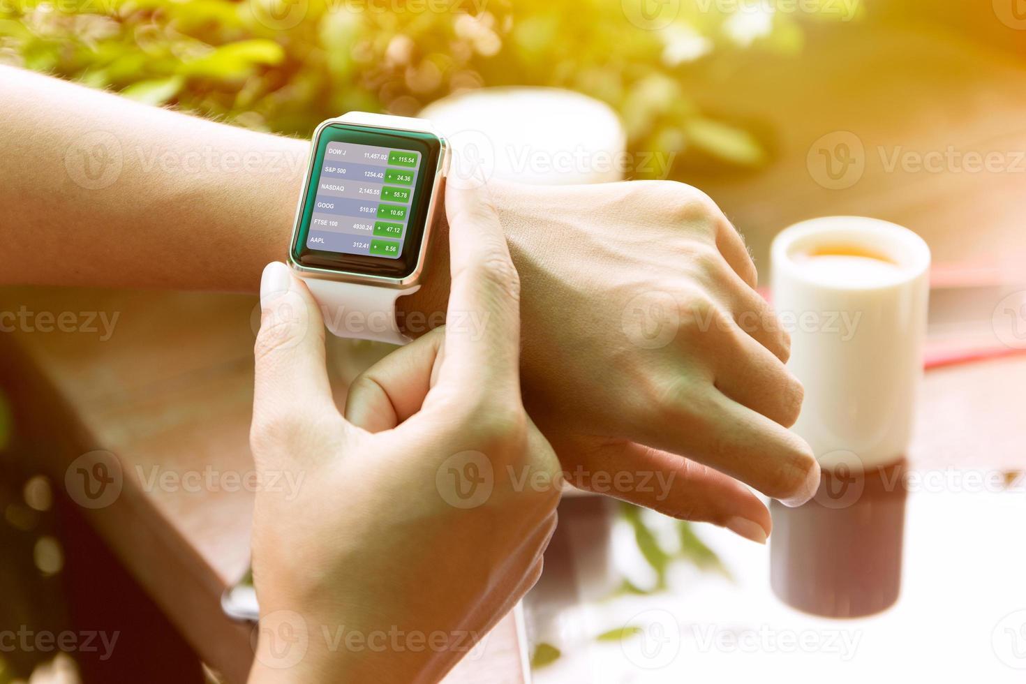 closeup mão usando relógio verificar estoque finanças foto