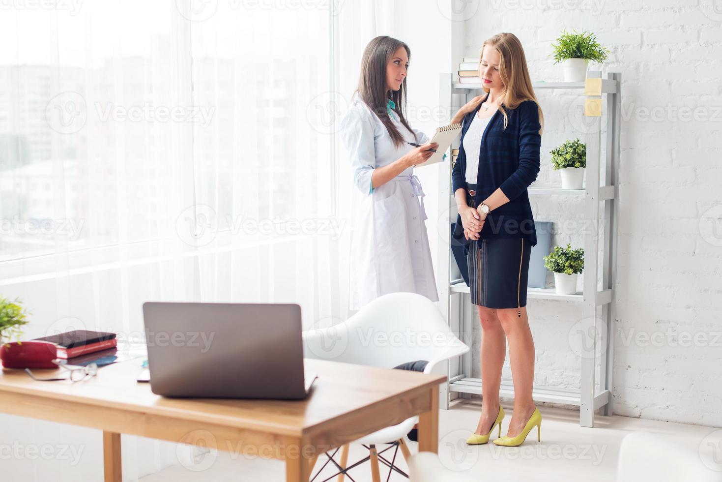 médico explicando o diagnóstico prescrever para o seu conceito de paciente do sexo feminino foto