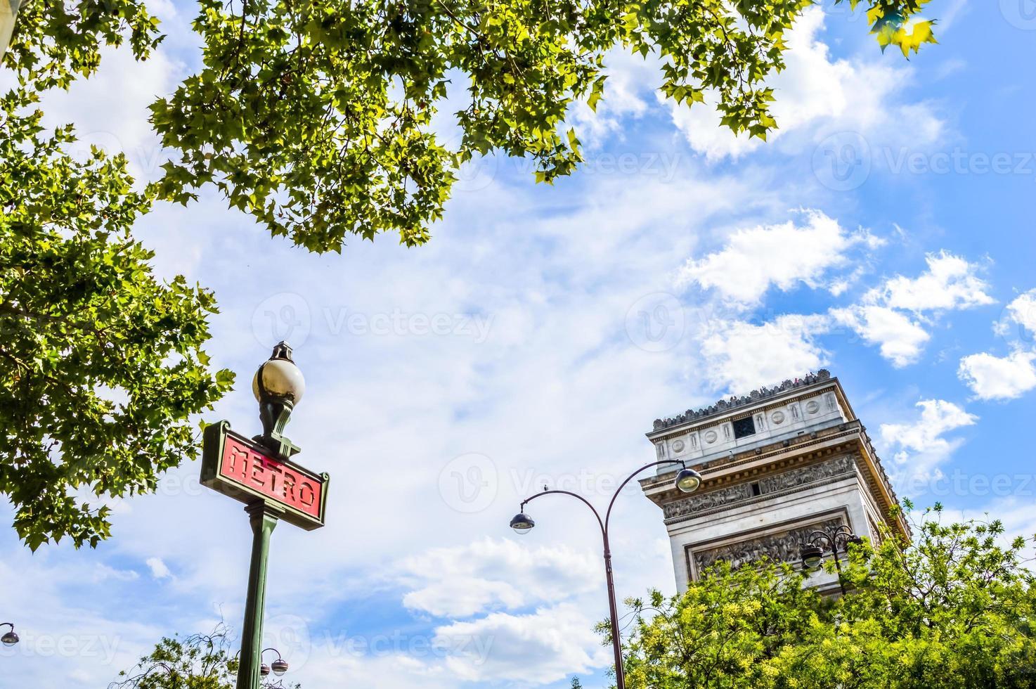 sinal de metrô em paris no monumento do arco do triunfo foto
