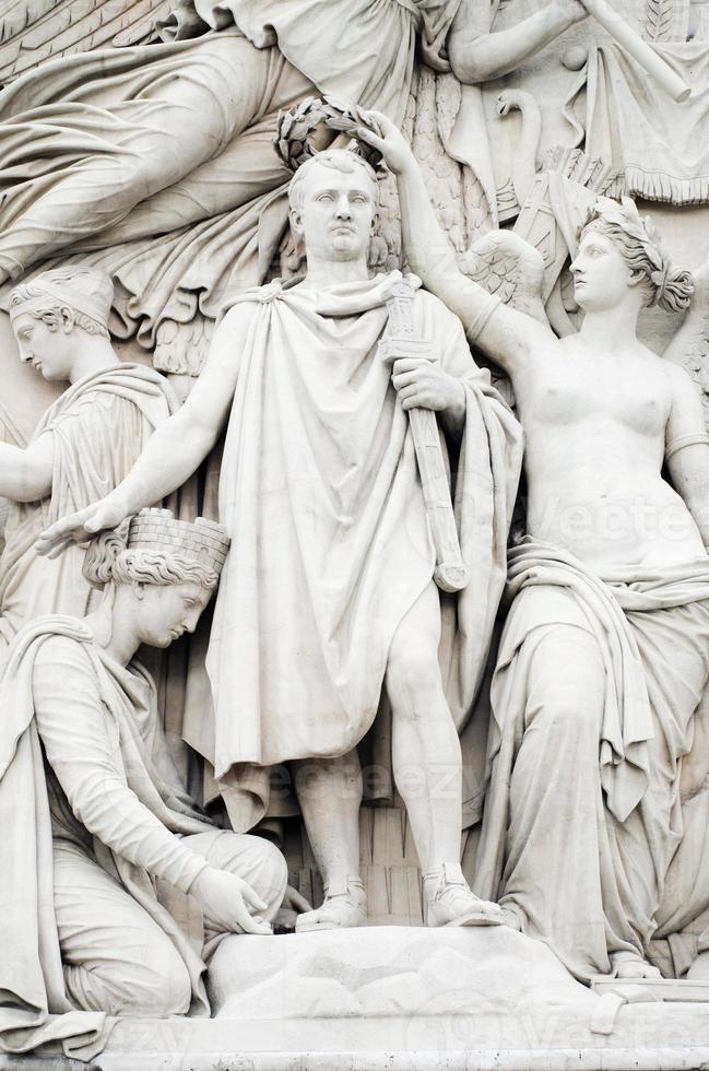 close-up de napoleão no arco do triunfo em paris foto