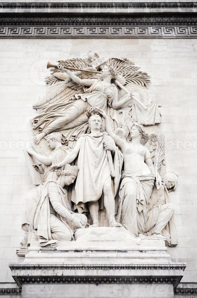 relevo com napoleon bonaparte no arco do triunfo em paris foto