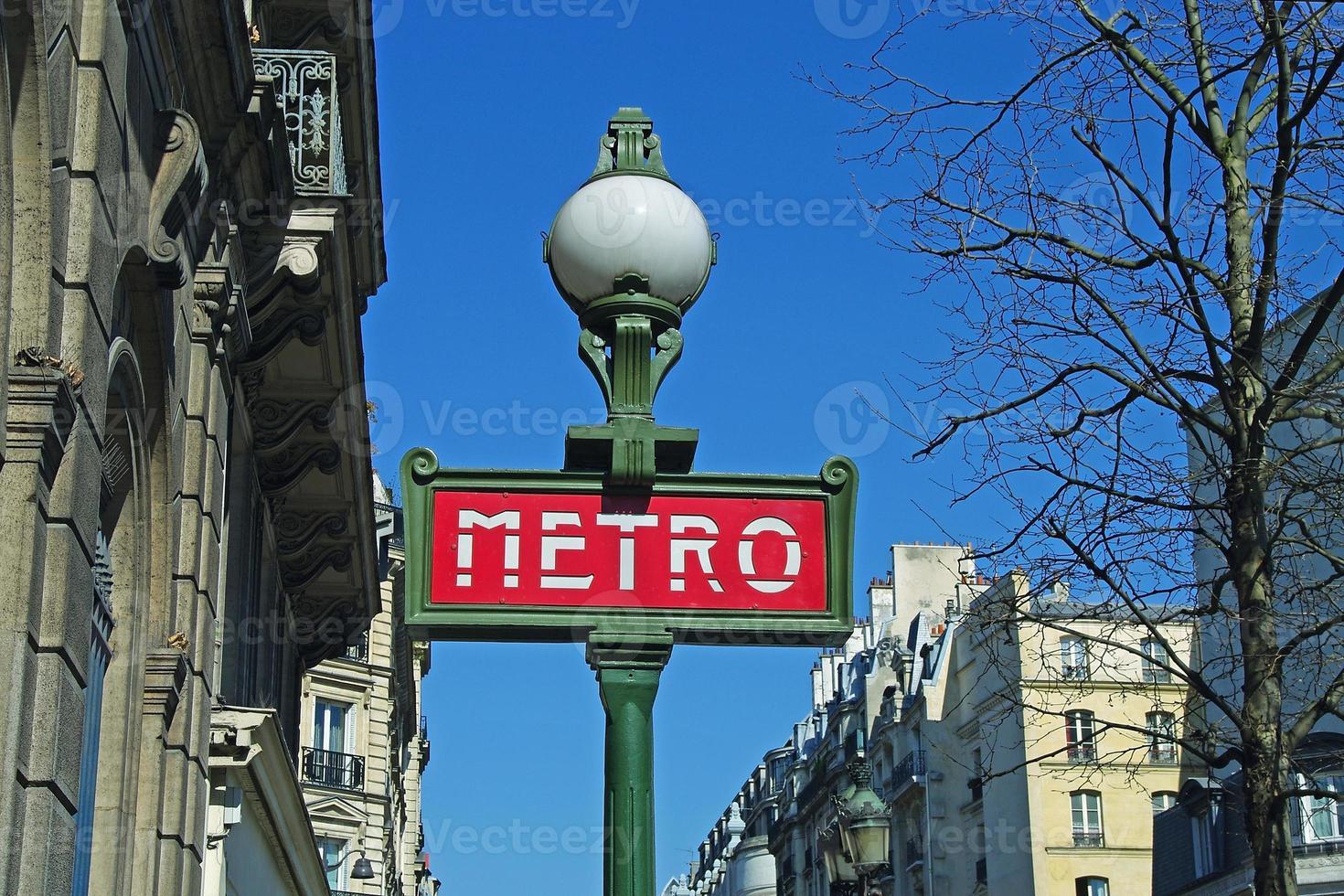 sinal de metrô na rua de paris (close-up) foto