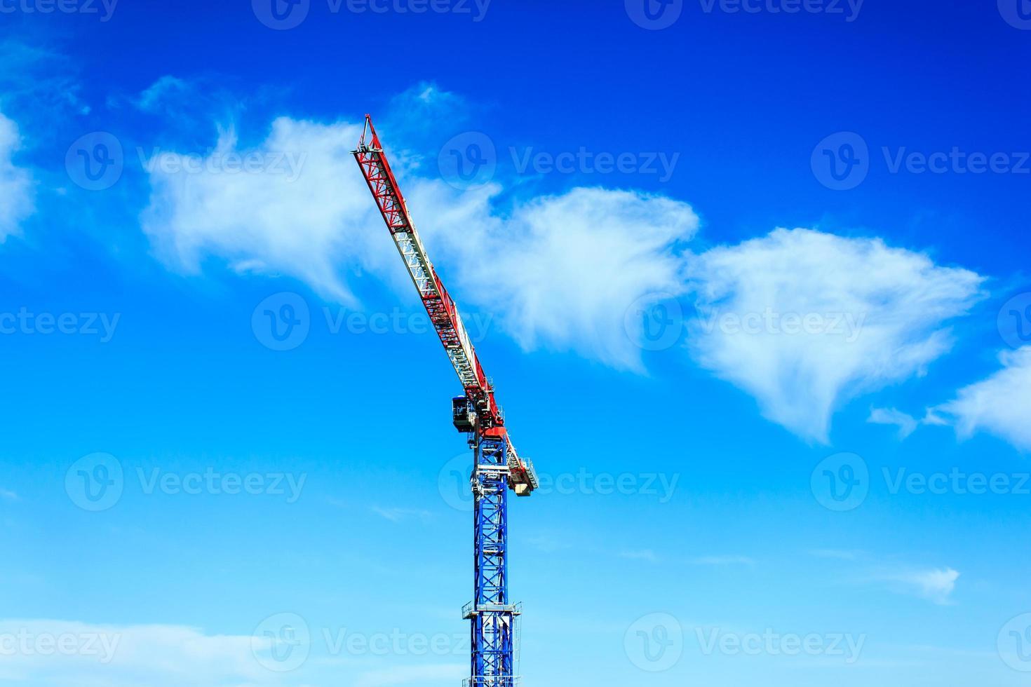 guindaste de torre com céu azul foto