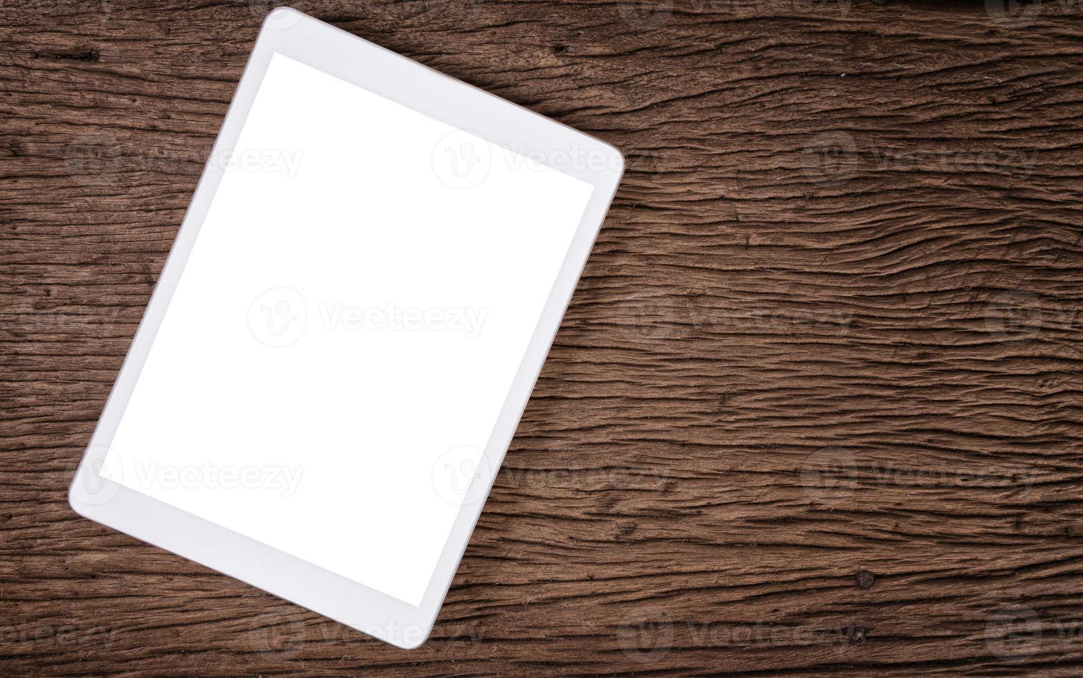 pastilha branca. tablet pc na mesa de madeira foto
