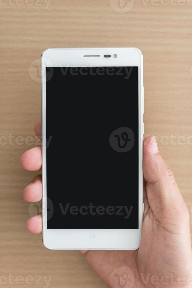 mão de homem segurando smartphone foto