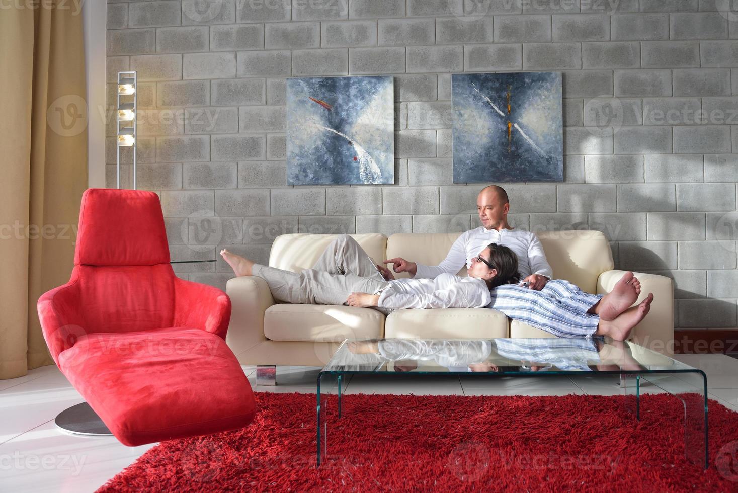 jovem casal usando computador tablet em casa foto