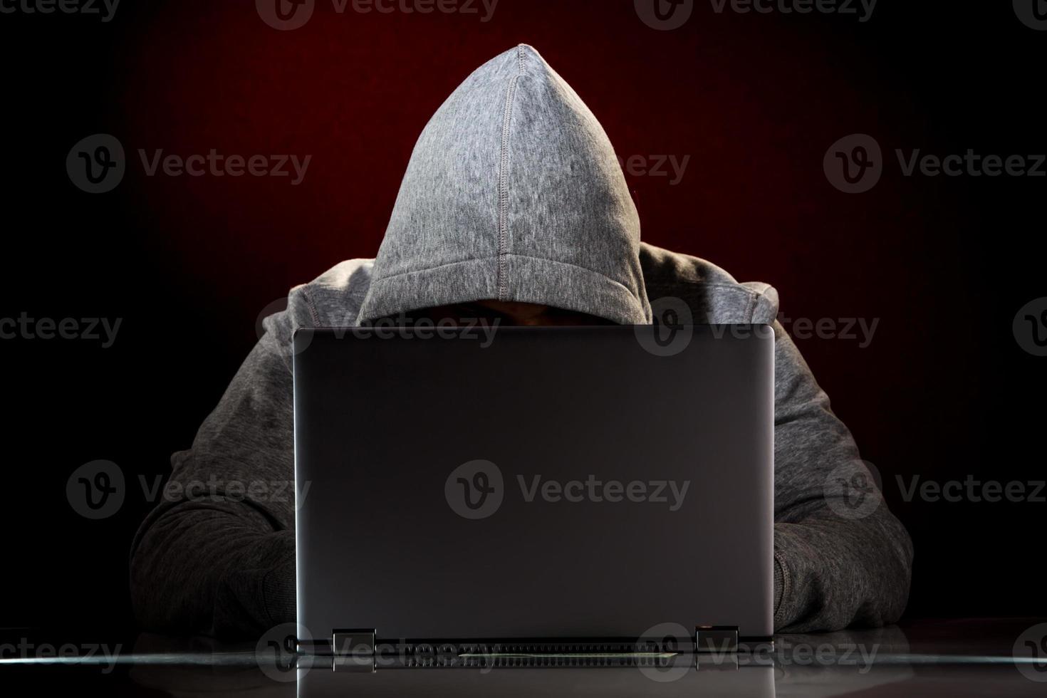 hacker com laptop foto