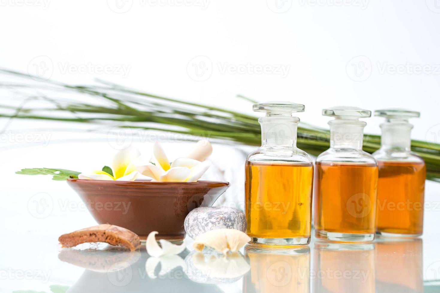 conceito de spa com ervas artesanais e óleo essencial foto