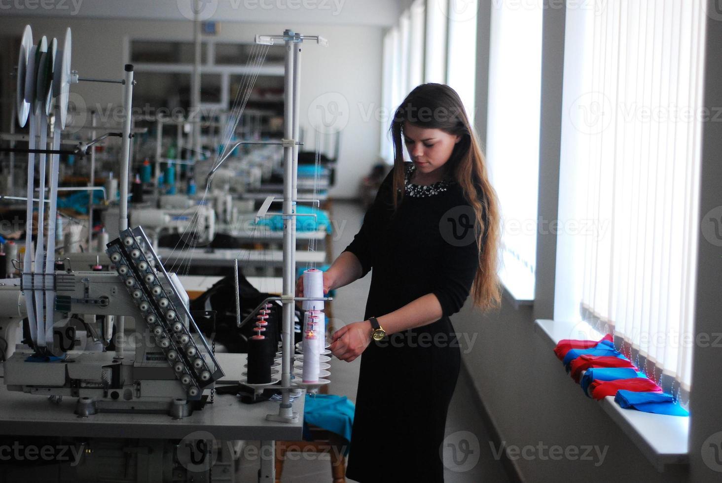 costureira em uma fábrica de roupas foto